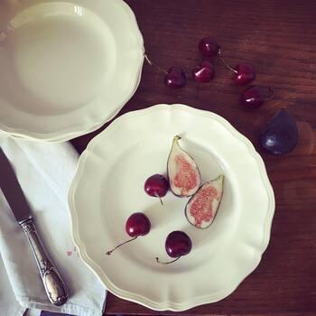 【1920年代 サルグミンヌ ディナー・プレート】  ディゴワン・サルグミンヌといえば、花リムのプレートも人気です。温かみのあるアイボリー。1920年代は、日本で言うところの大正9年~昭和4年ころ。当時このようなお皿が日常使いされていたと思うと、とてもおしゃれに感じられますね。