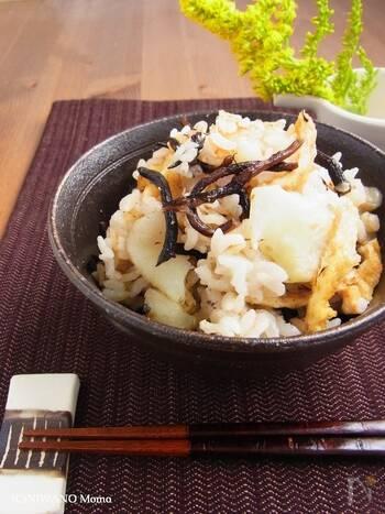 菊芋、ひじき、押し麦などヘルシーな素材をたくさん使った炊き込みご飯です。醤油と塩のシンプルな味つけに、油揚げのコクが合わさって絶妙なおいしさに。素材本来のそれぞれの味や食感を楽しめるレシピです。