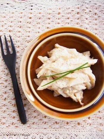 皮をむいて太めの千切りにした菊芋を、ほかの調味料と和えただけの簡単なレシピです。火を通していない菊芋は、シャキシャキとしてレンコンのような食感です。副菜の一品として食卓を彩ってくれますよ。