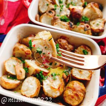 ジャガイモを使うことが多い、ガーリックポテトですがでんぷんの少ない菊芋ならヘルシーレシピに変身。菊芋を切った後に、下味をつけることで味が決まります。オーブンでもフライパンでも作ることができますよ。