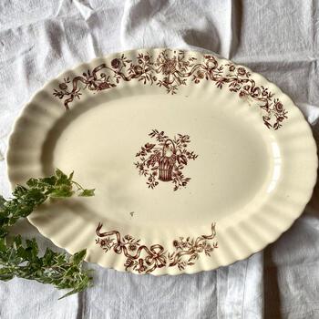 1867年に創業、フランスのブルゴーニュ地方に位置したロンシャン窯。他社からの買収などを経て、2009年に閉鎖となりました。植物模様など、繊細なデザインのプレートも多く手がけています。  【サンタマン スズラン スーププレート】 赤で描かれたスズランの絵が可愛らしいスーププレート。バランスよく余白があり、中央に料理を盛りつけるのが楽しみになりますね。