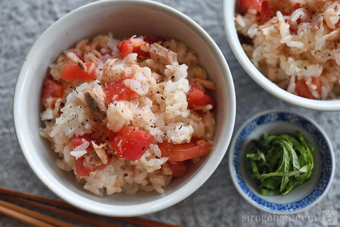 湯むきしたトマトとツナ缶合わせると最高に美味しい混ぜご飯になります。爽やかさも食べ応えもあり、食欲のないときでもさっぱりと食べられます。