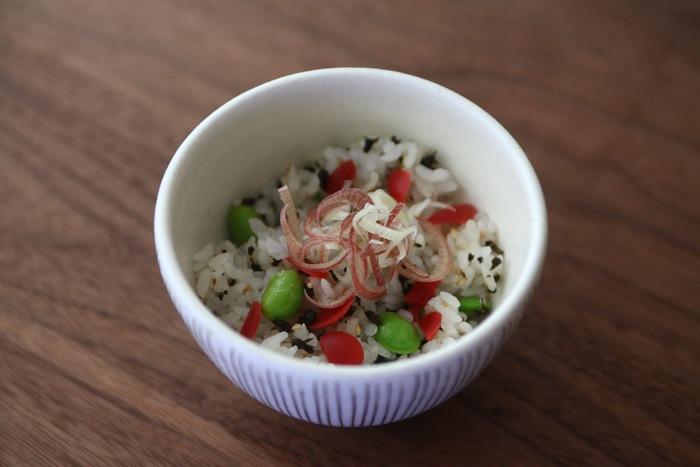 ご飯にカリカリ梅と枝豆を混ぜ込むだけのお手軽レシピ。さっぱり爽やかな風味で、食欲のないときでもお箸がすすみます!