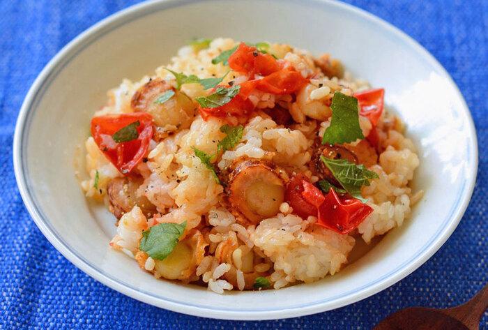 ホタテのボリューム感ある食べ応えと、トマトの酸味と大葉の爽やかさ。お手軽だけどおいしい混ぜご飯です。ミニトマトは炒めた後にヘラでつぶすだけなので、包丁いらず。