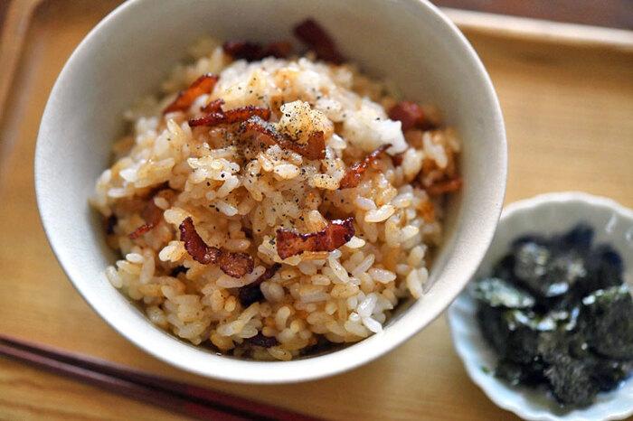 使う食材はベーコンだけ!カリカリになるまで炒めて、仕上げにたっぷりとブラックペッパーをかけるのがおいしさのポイントです。