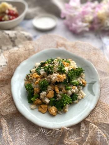 さっと茹でて、麺つゆとごま油をまぶした菜の花を甘めの炒り卵とともにご飯にまぶして。混ぜるだけなのに簡単でおいしい一品が出来上がります。