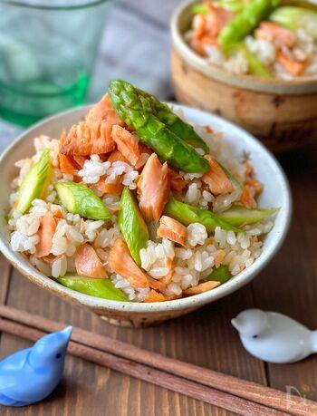 ご飯にはバター&麺つゆで下味をつけて。アスパラガスのグリーンと鮭のオレンジ色のコントラストが美しく、テーブルがパッと華やかになります。