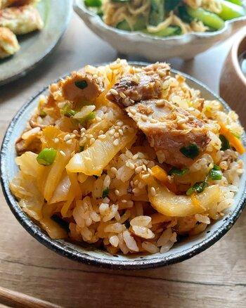 そのまま混ぜても充分おいしいですが、サバ缶とキムチをサッと炒めるとおいしさアップ。ピリ辛味でお箸がすすみます。