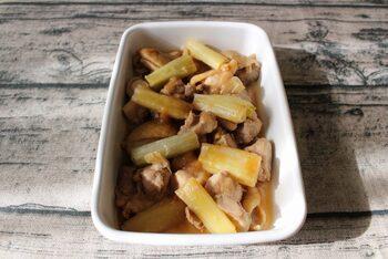 お弁当に間違いない照り焼き味。ゆっくり煮ることでネギの甘さを余すことなく味わえます。いったん鶏肉とネギを取り出して煮汁を詰めることで焦げつかず、汁漏れの心配もなくなります。