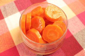 電子レンジで作れる簡単レシピです。砂糖を使わずニンジン本来の甘みが感じられるのが魅力。鮮やかなオレンジ色はお弁当の彩りにも重宝します。