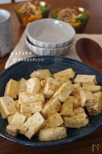 焼き豆腐だけで手早くできる一品。しっかりと味をつけることでごはんが進むおかずになります。焼き豆腐は水切りなしで調理ができ、調理後も水が出にくいのがうれしいところ。