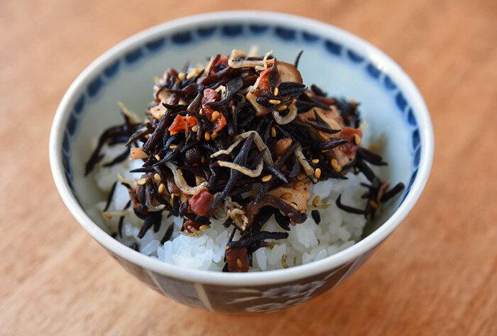 実は煮物より簡単にできてしまうひじきのふりかけ。ジャコとシイタケの旨みと梅の酸味はごはんが進みます。混ぜ込んでおにぎりにしてもいいですよ。