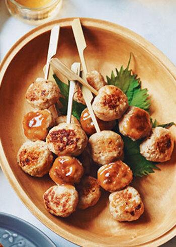 タレが定番のつくねを梅ダレと味噌ダレでいただきます。さっぱり梅味とこっくり味噌味。交互に食べると止まりません。