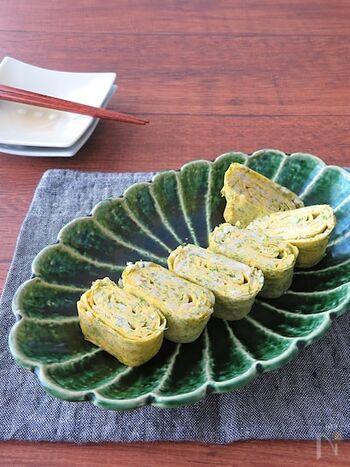 磯の香りが豊かで食欲をそそる玉子焼き。青のりもしらすも旨味が強い食材なので食べ応えがあります。水をくわえるのがふんわり仕上げるポイントです。