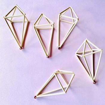 これを立体に組み立てると…先ほどの「正八面体」とは違う、まるでダイヤモンドのような八面体に!