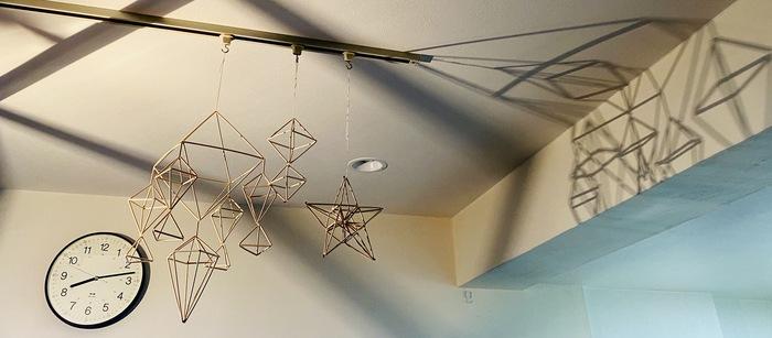 ライトの近くに飾ると、灯りを付けたときに壁にヒンメリの影が浮かび上がって、これもまた幻想的な雰囲気に・・・!