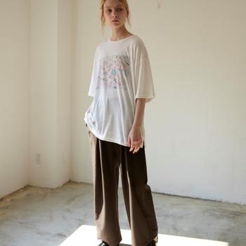 さらに上質なシルク混素材というのもポイント。ぜひこのTシャツでビッグシルエットにチャレンジしてみては?