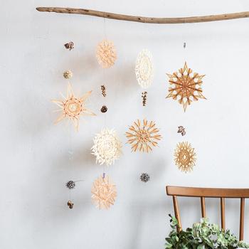 もともとドイツ発祥の麦藁細工を、扱いやすい「経木」で作れるようアレンジしたキットが、この『ストロースター』。  写真のように並べて飾るだけでこんなに素敵!温かい雰囲気の中にも、センスが溢れます。  クリスマスツリーのオーナメントにもおススメです*