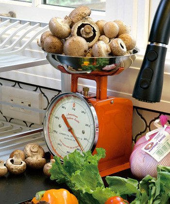 シンプルなデザインでメモリを読みやすい、1kgまで量れるダルトンのキッチンスケール。レトロなカラーとアナログデザインが、キッチンのアクセントとしておしゃれに映えますよ♪
