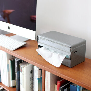 スチール製のレトロでクール質感のディスペンサーです。ティッシュペーパーやキッチンペーパーをさっと取り出せ、プッシュボタン式で交換もスムーズ。そのまま置いたり、付属のパーツを使えば壁に取り付けも可能です。