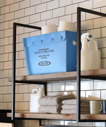 シンプルでかっこいいロゴ入り収納ボックス。一見レトロな金属製のようですが、軽量で汚れも拭き取りやすいポリプロピレン製なので、洗面所やランドリー収納におすすめです。ストック食品にぴったりのSサイズもあります。