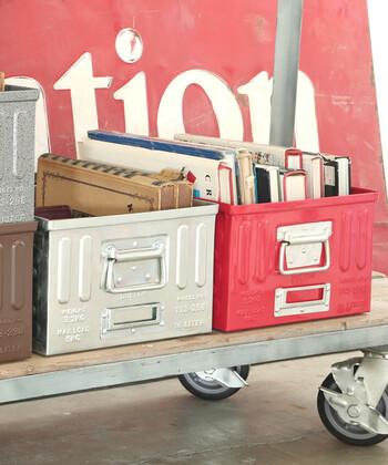 無骨でクールな雰囲気のTHEアメリカンなガレージボックスです。スチール製のハードなルックスで丈夫な作りなので、重さのある工具やハードカバーの本の収納もお任せ!