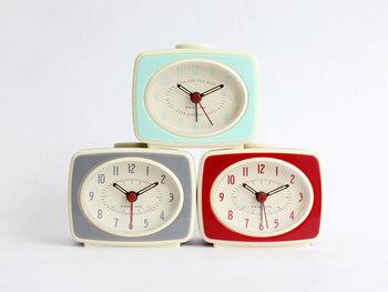 シンプルながらもユーモアの効いたプロダクトに定評のある「キッカーランド」。どこか懐かしさを感じるの置時計は、ヴィンテージから着想を得た丸みを帯びたスクエア型が特徴です。