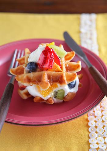 ヨーグルトを練り込んだ爽やかなワッフルをフルーツケーキ仕立てに。サクサクで軽めなワッフルがフルーツやホイップクリームの甘さを引き立てます。