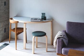 半円型のアルテックのテーブルは、作業デスクやサイドテーブルなど、マルチに使えます。狭小空間でも邪魔にならず、スペースを活用した家具デザインで実用度の高いインテリアです。見た目にも可愛らしく、軽量で天板のカラーも選べます。