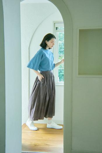 デイリーに使うにはシンプルなカットソーと合わせたスタイリングで。季節外れな気候の日でも、秋の装いを演出してくれるスカートを味方につけて。柔らかな生地感で、足取りも軽やかに。