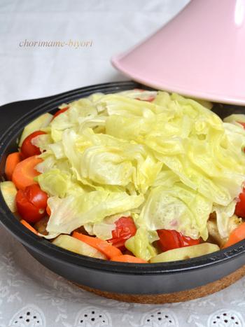 食欲をそそるカレーの香りで、子供たちにも喜ばれるレシピ。手羽元から出るうまみをたっぷり吸い込んだキャベツなどの野菜が味わい深いヘルシー鍋です。