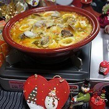 魚介のおいしさを満喫するブイヤベースもタジン鍋で作れます。にんにくとオリーブオイルでしっかり香りをつけて、バケットと一緒に食べると美味!