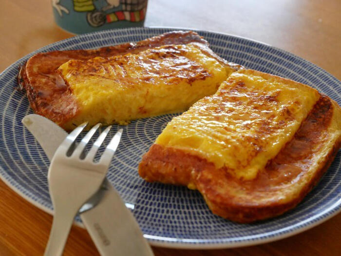 ホットサンドメーカーで作るフレンチトーストはいかがですか?ポイントは、卵、牛乳、砂糖に食パンを浸し冷蔵庫で一晩寝かせること。あとは通常のフレンチトーストと作り方は変わりませんが、フレンチトーストの縁がカリッとこんがり焼けて美味しいですよ。ホットサンドメーカーならではの仕上がりですね。