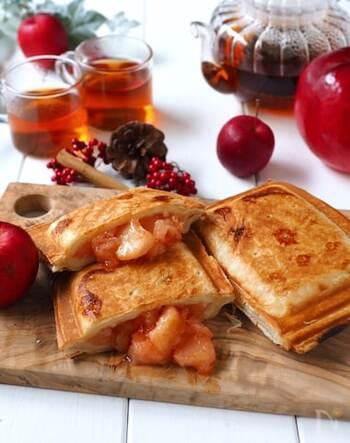 市販のパイシートで作る、簡単焼きアップルパイです。アップルパイの中は、カットしたりんご、砂糖、バターをじっくり煮詰めておいたもの。ホットサンドメーカーにサイズが合うようにパイシートを置いて煮詰めておいたりんごを乗せて、パイシートを上にも被せ、こんがり焼き目がつくまで焼きます。サックとした食感が美味しい風味豊かな焼きアップルパイの完成です。