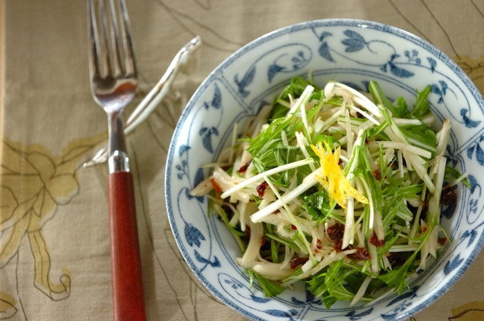 シャキシャキとしてほんのり甘い菊芋と、爽やかな苦みのある水菜の相性ばっちりのレシピです。レーズンやゆずなどの具材それぞれの風味がうまく合わさってお店のような味わいに。いつもと一味違うサラダはいかがですか?