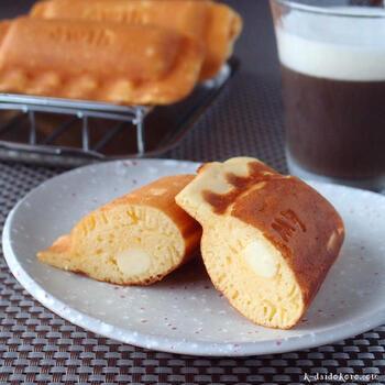 パンケーキミックスを使った、素朴でどこか懐かしい味のチーズ入りパンケーキ。ホットサンドメーカーにパンケーキミックスとチーズを一緒に入れて焼きあげます。じっくりと焼き上げるため、いつものホットケーキよりもちもちした食感に仕上がるのも魅力。ぺろっと平らげてしまう絶品レシピです♪