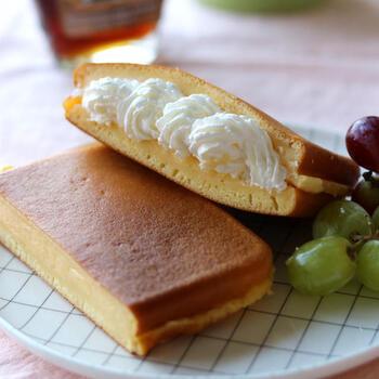 おしゃれで見た目もかわいいホットケーキカスタードサンドはいかがですか?揃えるものは、ホットケーキを作る材料のみ。そのまま食べてももちろん美味しいですが、ホイップクリームやカスタードを挟めば甘党にはたまらない一品の完成です。