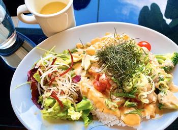 """メニューのコンセプトは""""和×モダン""""。「漬けサーモンとアボガドのポキ丼」は、野菜がたっぷり食べられる女子好みのヘルシーなひと品です。"""