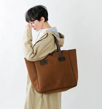 旅行にも使えそうなほど、収納力の高い大きめのトートバッグです。高級感のある上質なデザインなので、仕事帰りに買い物をしたいときにも便利。もちろんデイリーコーデに合わせても、上品な印象でサマになります。