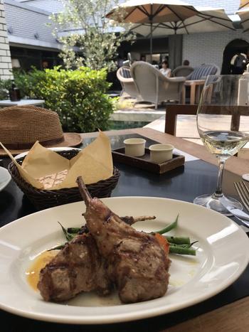 ゆっくりランチタイムを過ごすなら、コースがおすすめです。「アンチョビとローズマリーでマリネした骨付き仔羊のグリル」を始め、グリル料理が人気。地中海料理をメインにしているので、 ひよこ豆のディップ「ハムス(フムス)」やヨーグルトソースを使ったリゾットなどもいただけます。