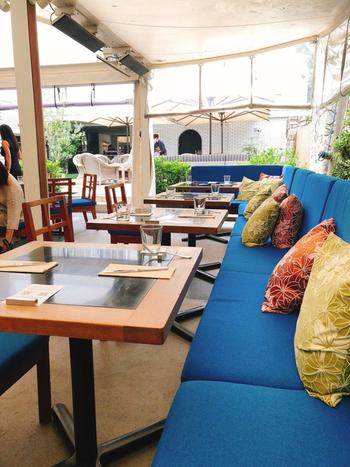 目の覚めるようなブルーが印象的なテラステーブル席も、お隣りとの間隔にゆとりがあるので開放的。冷房設備がないため、暑さがやわらぐこれからの季節におすすめですよ。