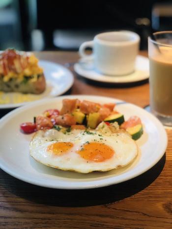 別荘地気分を味わうなら、モーニングもおすすめ。卵料理やパンケーキなど、優雅な朝を過ごすのにぴったりなお料理がそろっていますよ。