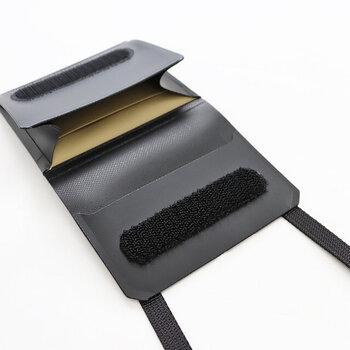 耐水性に優れた素材を使用し、水や汚れなどもサッと拭き取れます。内部にはカードホルダーとコインポケットがあり、ちょっとした小銭を手ぶらで持ち歩きたい方にぴったりです。