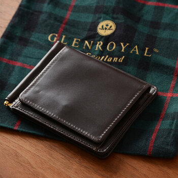 レザー素材のコンパクトなウォレットに、マネークリップを付属したアイテム。この薄さでマチのある小銭入れも完備しているので、かなり使い勝手のよいお財布です。