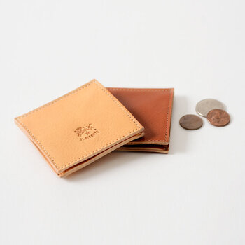 シンプルなデザインと、コンパクト設計が特徴的な「IL BISONTE(イルビゾンテ)」のレザーコインケース。薄くてスマートなシルエットは、持ち歩きにも便利なサイズ感です。