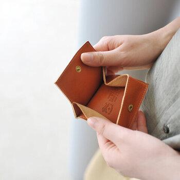 立体的に開くつくりになっているので、中を見やすいのもポイント。取り出したい小銭を、サッと出して使いやすい設計です。