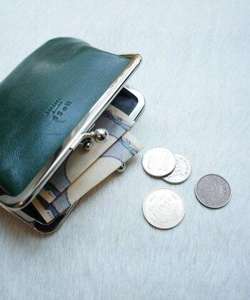 ツヤ感のあるレザー素材を使用し、上品な印象に仕上げたがま口タイプのお財布です。がま口を開けると、さらに中にもがま口があり、小銭とお札を分けて入れられるのが特徴。