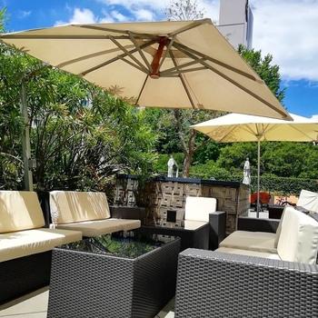 海外のホテルにいるかのようなリゾート感たっぷりのテラス席。モノトーンのソファとパラソルに青空が映えますね。