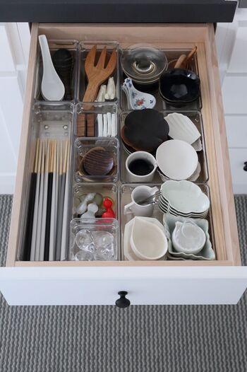 こちらも同様に、透明なケースで収納。散らかりやすいお箸や豆皿など、ピッタリ納まるようサイズや形をセレクトして収納しています。 取り出しやすく、何がどこにあるのかわかるので、偏らずにいろいろなアイテムをバランスよく使えそうですね。