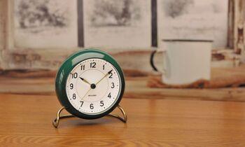 アルネ・ヤコブセンのテーブルクロックは、文字盤が異なるデザインの3種類があり、こちらはスタンダードなステーションクロックです。デンマークの駅の時計にもステーションデザインが採用されており、北欧デザインを手軽に置き時計で取り入れることができます。小さいのでお気に入りの場所に飾りましょう。